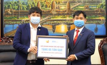 Hội DNTVN trao tặng 15 tấn gạo cho nhân dân Campuchia